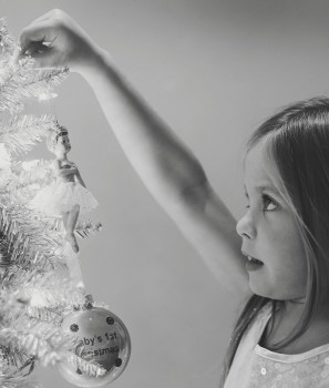 How to take photos by the Christmas tree